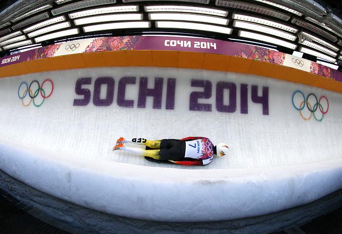 Немецкий спортсмен Александр Крокель на втором заезде на соревнованиях по скелетону