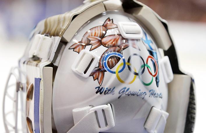 """На ванкуверской Олимпиаде на маске вратаря женской сборной Финляндии Нооры Рати красовалась строчка из гимна Канады. Спустя четыре года надписи на масках были запрещены МОК, и Рати пришлось заклеивать слоган времен Тридцатилетней войны - """"Сразите их"""""""