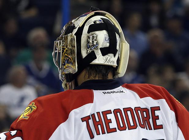 Жозе Теодор часто меняет команды и, естественно, дизайн масок. Одно остается неизменным - обязательное изображение первой буквы имени его дочери Роми