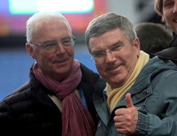 Президент МОК Томас Бах (справа) и  лучший футболист Европы (1972 и 1976 годов) Франц Беккенбауэр посетили соревнования саночников среди мужчин