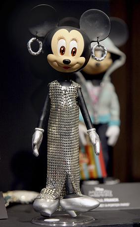 Знаменитый кутюрье часто принимает участие в благотворительных аукционах. На фото: кукла Минни, созданная Пако Рабанном для аукциона в Christie's