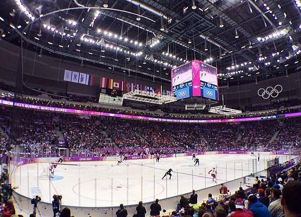 Американский фристайлист Джосс Кристенсен, завоевавший золотую медаль в слоупстайле, сходил на матч между хоккейными сборными России и США