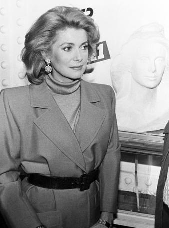 Катрин Денев рядом со своим скульптурным портретом , 1993 год