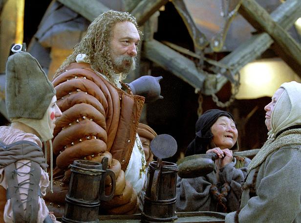 """Во время съемок фильма """"Трудно быть богом"""" на одном из фортов в акватории Финского залива недалеко от острова Котлин. Декорация средневекового трактира """"Серая радость"""". 2001 год"""