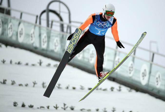 Российский спортсмен Евгений Климов во время прыжка с большого трамплина в командных соревнованиях по лыжному двоеборью