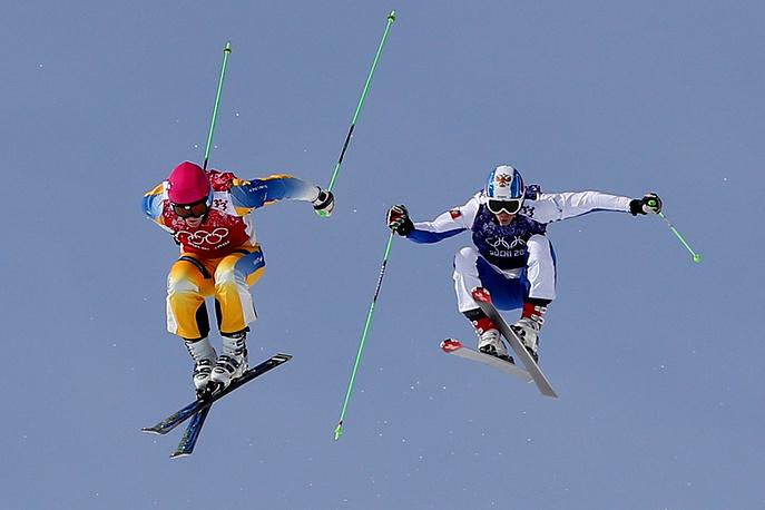 Спортсмен из Швеции Виктор Олин-Норберг и спортсмен из России Егор Коротков (слева направо) в квалификации ски-кросса на соревнованиях по фристайлу