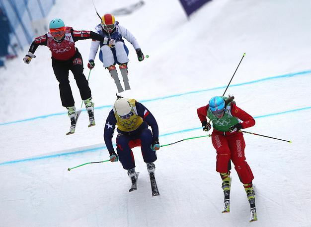 Марте Хейе Йефсен (Норвегия), Анастасия Чирцова (Россия) (слева направо на втором плане), Стефани Джоффрой (Чили) и Катрин Мюллер (Швейцария) (слева направо на первом плане) во время соревнованиях по ски-кроссу