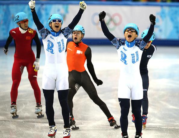 Российские спортсмены Владимир Григорьев  и Виктор Ан на финише забега на 1000 м