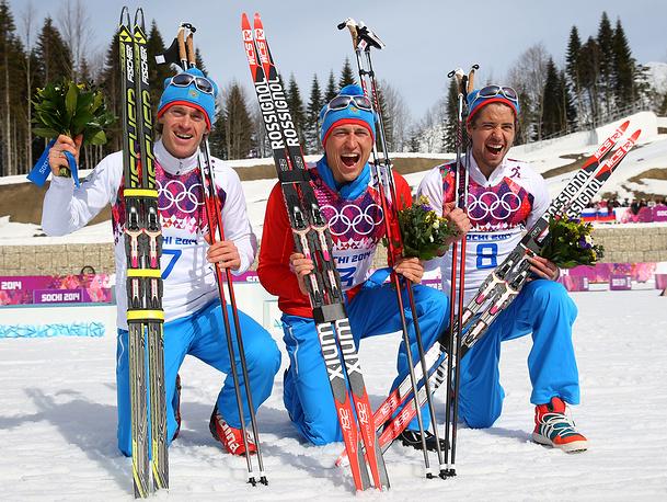 В заключительный день соревнований лыжник Александр Легков завоевал золото Олимпиады в масс-старте. Серебро и бронзу выиграли еще два российских спортсмена - Максим Вылегжанин и Илья Черноусов. Таким образом, впервые в истории зимних Игр российские спортсмены заняли весь пьедестал на Олимпиаде