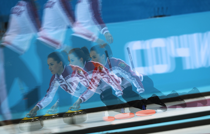 Игрок сборной России по керлингу Анна Сидорова в матче кругового турнира с командой Китая