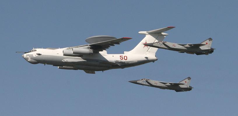 Истребители-перехватчики МиГ-31 и самолет радиолокационного дозора и наведения А-50
