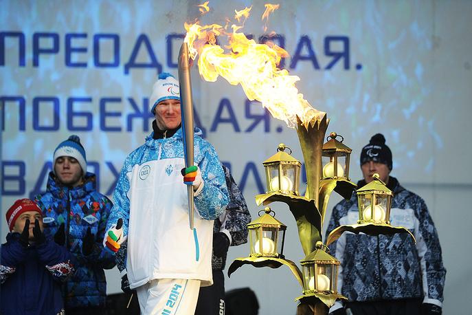 Троекратный паралимпийский чемпион по легкой атлетике Артем Арефьев во время эстафеты Паралимпийского огня в Екатеринбурге
