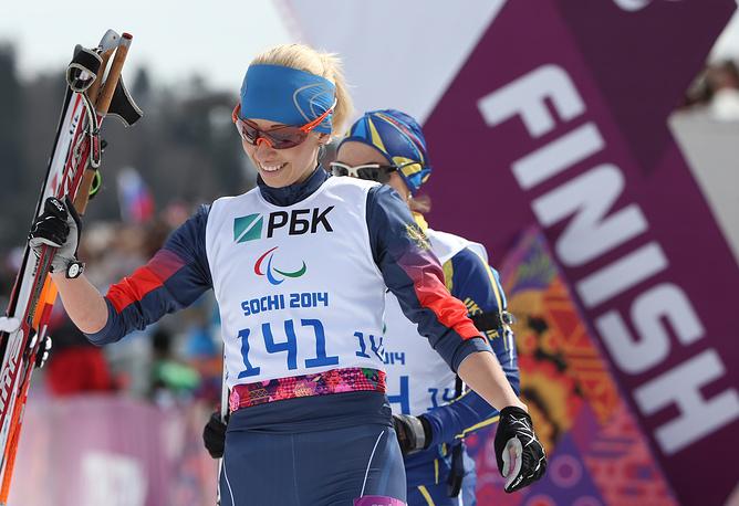 Спортсменка из России Михалина Лысова, завоевавшая золотую медаль в гонке на короткой дистанции среди женщин с нарушением зрения в соревнованиях по биатлону
