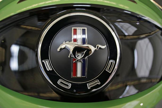 На Североамериканском международном автосалоне в 2004 году Ford представил полностью перепроектированный Мустанг, под кодовым названием «S-197». На фото: логотип Ford Mustang