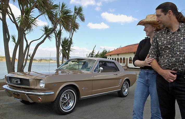 Продвижение автомобиля сопровождалось активной рекламной кампанией. Это была одна из самых удачных премьер в истории автомобилестроения. На фото: 1966 Ford Mustang