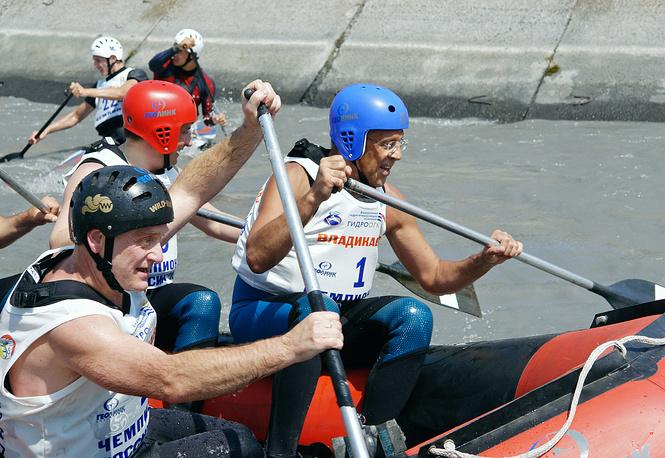 Глава МИД РФ Сергей Лавров (справа) во время открытия чемпионата страны по гребному слалому на канале у поселка Южный, 2007 год