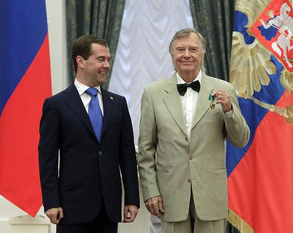Дмитрий Медведев и актер Анатолий Кузнецов, награжденный Орденом Дружбы, на церемонии вручения государственных наград в Екатерининском зале Кремля, 2011 год