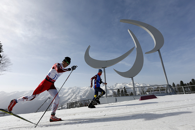 "Японский спортсмен Йошихиро Нитто во время гонки на дистанции 20 км классическим стилем в категории ""стоя"""