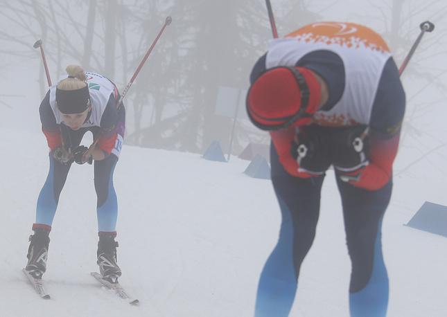 """Биатлонистка Михалина Лысова (слева) завоевала золото Паралимпийских игр на дистанции 10 км в категории """"с нарушением зрения"""""""