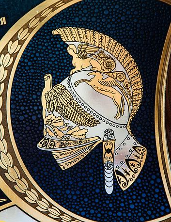 Гравюра на орудии: шлем из древнего вооружения