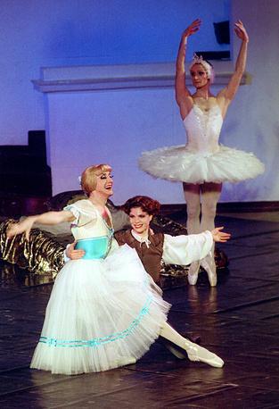 """Сцена из балета """"Жизель"""". На переднем плане - Жизель (Валерий Михайловский), Альберт (Артур Боряев). 2002 г."""