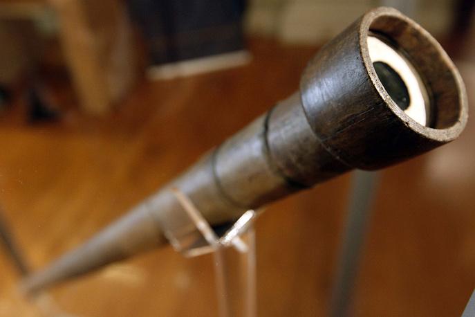 9. Телескоп Галилея (Galileo's Telescopе). С помощью своего телескопа в 1609 году Галилей изучил Луну, открыл четыре спутника Юпитера, пятна на Солнце и фазы Венеры. На фото: телескоп Галилея в Институте Франклина, Филадельфия, США