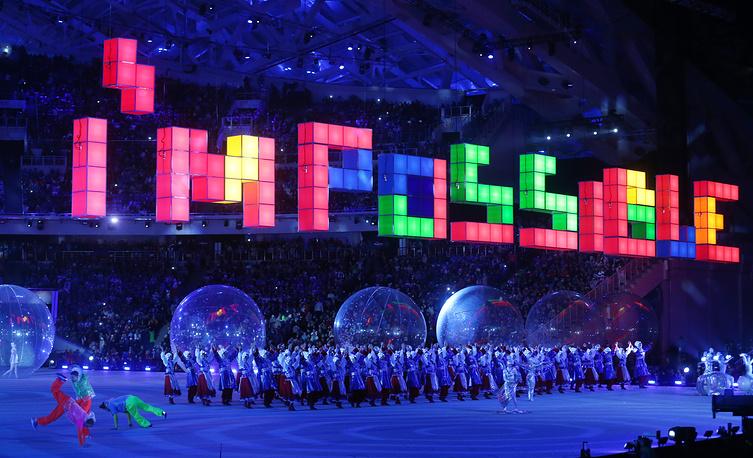 """На стадионе появилась сцена в стиле компьютерной игры """"тетрис"""". Огромные цветные блоки выстроились в воздухе в форме английского слова """"Impossible"""" (""""Невозможно""""). Актеры внизу написали это же слово на русском языке"""