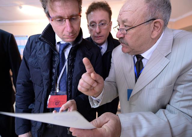 Представители Европарламента Фабрицио Бертот, Валерио Чинетти и председатель избирательной комиссии Асланшурза Шахиев