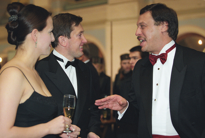 Адвокат Михаил Барщевский и министр труда РФ Александр Починок с супругой (слева) на Осеннем Балу, 2002 год