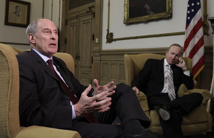 Сенатор Дэниэл Коутс (слева)