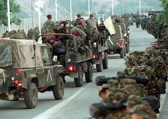 Бомбардировки прекратились 9 июня 1999 года после подписания договора о выводе с территории Косово войск и полиции Союзной Югославии и о размещении на территории края международных вооруженных сил. На фото: британские войска сил НАТО на границе Косово и Македонии, 12 июня 1999 г.