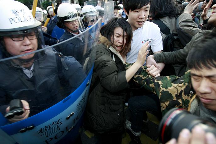 Тайваньская полиция утром вытеснила всех демонстрантов из здания Исполнительного Юаня (правительства), куда они прорвались в воскресенье вечером