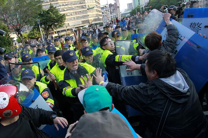 В ходе столкновений около 30 человек получили ранения, десятки были задержаны