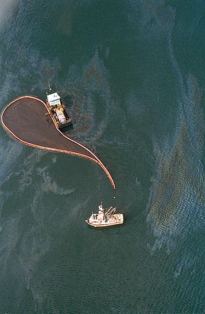 Вечером 23 марта танкер, полностью загруженный сырьем, направлялся от нефтяного терминала в Вальдесе на Аляске в Калифорнию. На фото: ликвидация последствий аварии, апрель 1989 г.