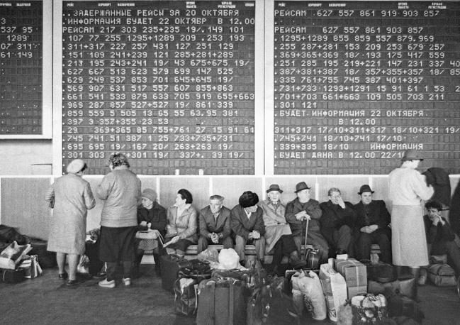 Регулярные пассажирские рейсы начали выполняться с 1966 года. На фото: табло в аэропорту Домодедово, 1987 год