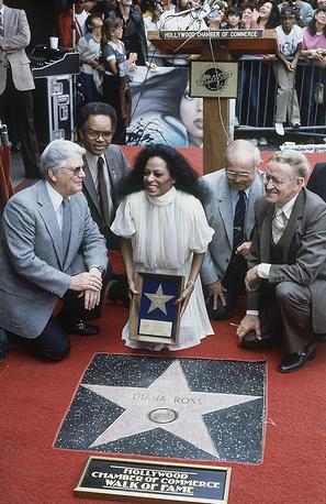 """Дайана Росс имеет две звезды на голливудской """"Аллее славы"""" — за сольную карьеру и за карьеру в составе группы The Supremes. На фото: Дайана Росс на открытии своей звезды на голливудской """"Аллее славы"""", 1982 год"""