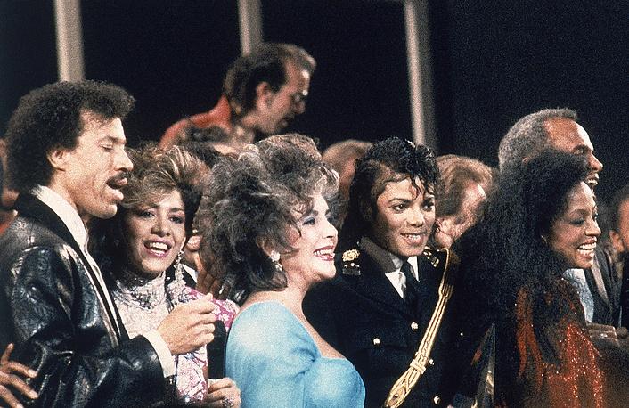"Лайонел Ричи, Шейла, Элизабет Тейлор, Майкл Джексон и Дайана Росс исполняют песню ""We are the World"", 1986 год"