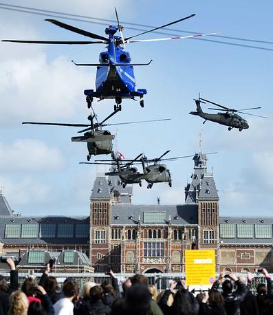 Вертолет с президентом США Бараком Обамой приземляется возле государственного музея Амстердама