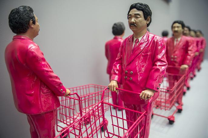 """Композиция """"15 pieces of Pink Man: Icon of Consumerism"""" тайского художника Манита Сриваничпума (Manit Sriwanichpoom)"""