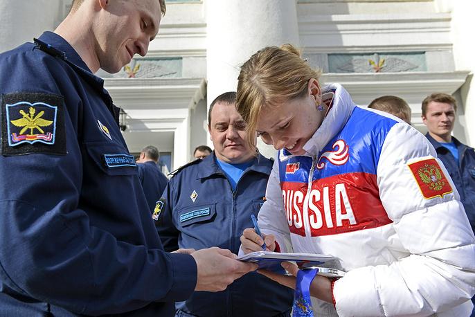 Серебряный призер Олимпийских игр в Сочи Ольга Фаткулина раздает автографы поклонникам-штуманам