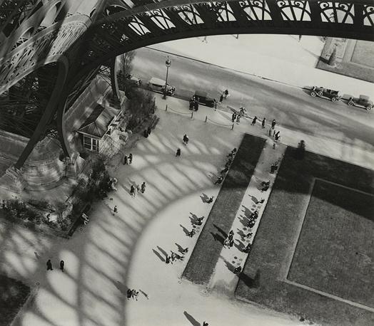 """Трехсотметровая башня превосходила самые высокие здания того времени почти в два раза и держала этот рекорд до 1931 года. Фотография Андре Кертеша """"Под Эйфелевой башней"""", 1929 год"""