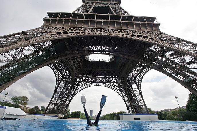 В 2012 году Эйфелева башня была оценена в €435 млрд и названа самым дорогим сооружением Европы. На фото: дайвер в бассейне у подножия Эйфелевой башни, 2007 год