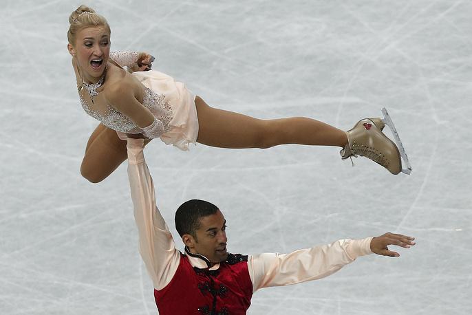 Алена Савченко и Робин Шолковы из Германии во время выступления на чемпионате мира по фигурному катанию в Японии. 27 марта 2014 года. Немецкая пара выиграла золотую медаль