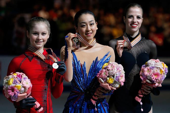 Серебряный призер Юлия Липницкая (слева), японка Мао Асада, золотая медаль (в центре), бронзовый призер Каролина Костнер из Италии на чемпионате мира по фигурному катанию в Японии. 29 марта 2014 года