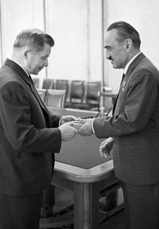 Председатель Президиума Верховного Совета СССР Анастас Микоян (справа) вручает орден Ленина авиаконструктору Сергею Ильюшину, 1964 год