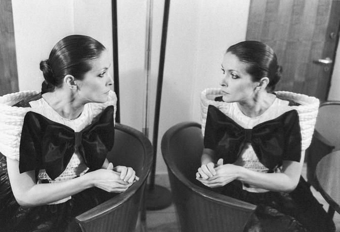 В 15 лет, пройдя конкурс, стала солисткой Рижского оркестра радио и телевидения под руководством Раймонда Паулса. На фото: Лайма Вайкуле, 1988 год