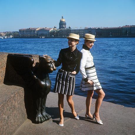 Демонстрация молодежных комплектов со шляпой-канотье. 1970 г.