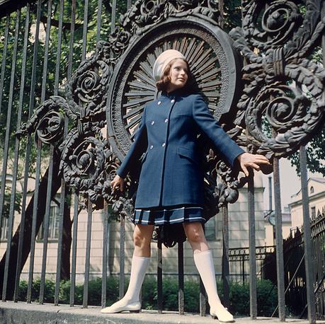 Демонстрация костюма из уплотненной ткани. 1968 г.