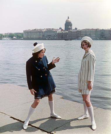 Демонстрация укороченных пальто в комплекте с платьем и костюмом. 1968 г.