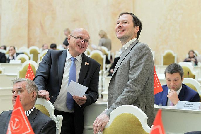 Депутаты Законодательного собрания Владимир Дмитриев  и Дмитрий Коровин (справа)